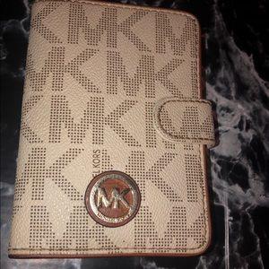 Michael kors wallet 🥑